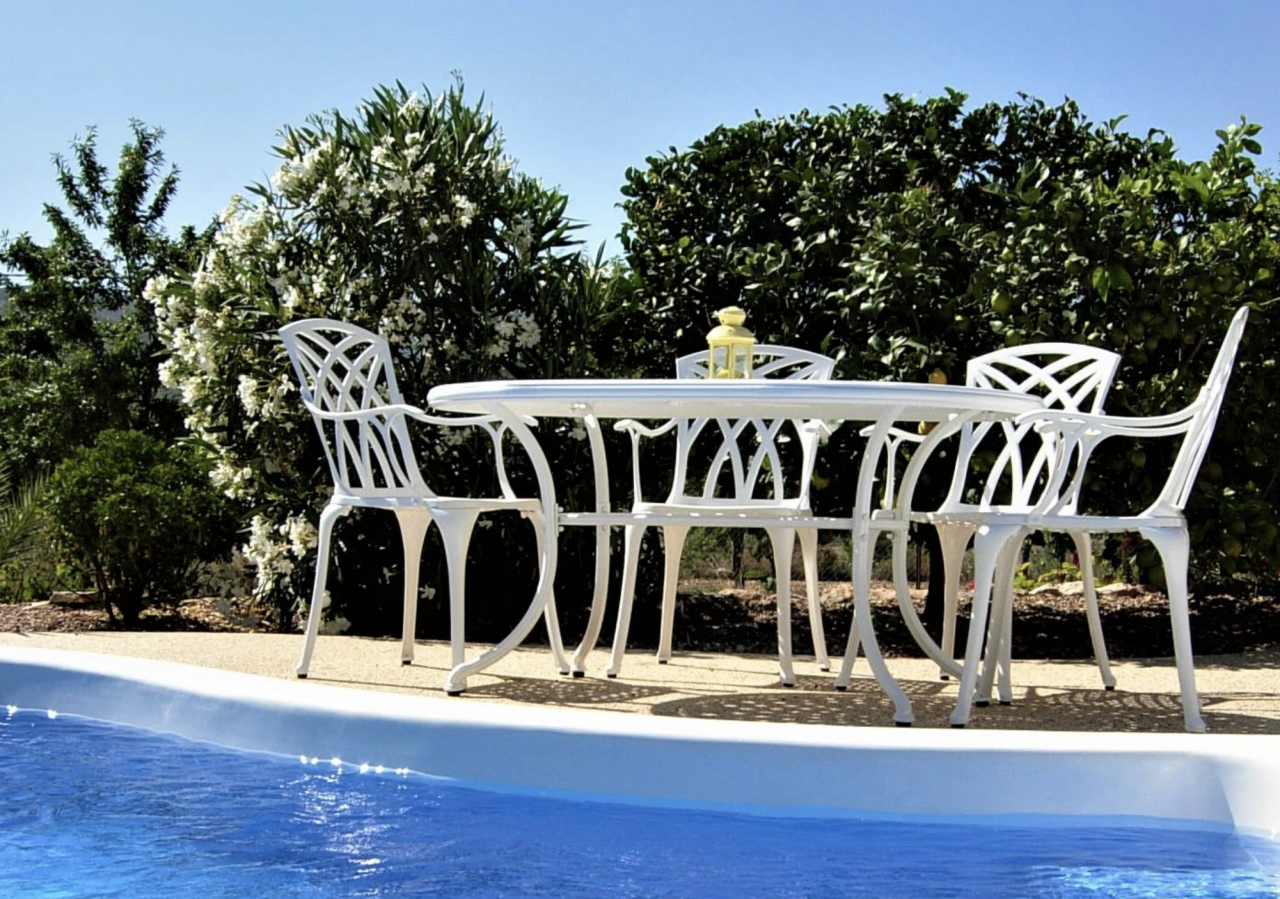 What-Shape-Garden-Table-Should-I-Buy